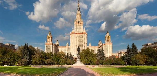 نمایی از ساختمان دانشگاه لومونوسف