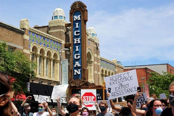 نمایی از شهر Ann Arbor در جریان تظاهراتی در حین شیوع ویروس منحوس کرونا