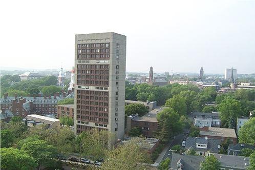 تصویری از کتابخانه بی نظیر دانشگاه میشیگان که به نام جرالد فورد نام گذاری شده است