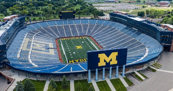 نمایی از بالا از ورزشگاه زیبای فوتبال دانشگاه میشیگان آمریکا
